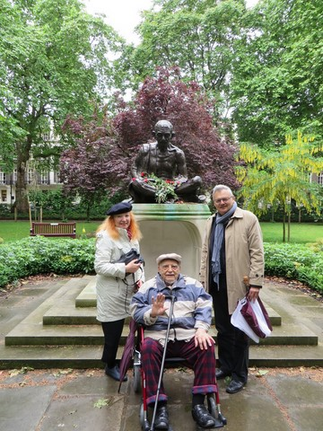 With Anne-Marie, Alexandre and Mahatma Gandhi in London, Tavistock Square (May)